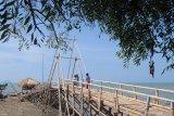 Pengunjung menikmati panorama wisata pantai Jumiang, di  Pamekasan, Jawa Timur, Minggu (25/10/2020). Seiring terus menurunnya jumlah penderita COVID-19 dan menjadi salah satu kabupaten yang masuk zona dalam  kuning penyebaran Pandemi COVID-19 di Jatim, berimbas pada meningkatnya kunjungan wisatawan ke kabupaten tersebut dalam satu bulan terakhir. Antara Jatim/Saiful Bahri/zk