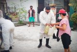 Polda Kalteng semprot dan bagikan desinfektan di Palangka Raya