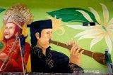 """Seniman melukis mural seni budaya penari """"ranup lampuan"""" dan peniup alat musik tradisional """"serunai kalee"""" di panggung pementasan seni, Taman Bustanussalatin, Banda Aceh, Aceh, (26/10/2020. Pementasan dan festival seni budaya tradisional di hampir seluruh daerah terhenti akibat adanya pembatasan sosial sebagai upaya pencegahan penularan COVID-19. Antara Aceh/Irwansyah Putra."""