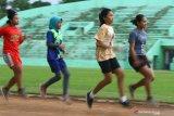 Sejumlah atlit atletik kelompok umur  melakukan latihan lari dengan menjaga jarak di lintasan Stadion Gajayana, Malang, Jawa Timur, Senin (26/10/2020). Persatuan Atletik Seluruh Indonesia (PASI) setempat menjalankan program pembinaan atlit kelompok umur dengan menerapkan adaptasi kebiasaan baru yakni memperbanyak latihan fisik, kecepatan dan latihan beban serta menerapkan protokol kesehatan dengan menjaga jarak antar atlit saat latihan. Antara Jatim/Ari Bowo Sucipto/zk.