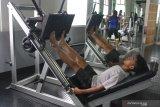 Seorang atlit atletik kelompok umur  melakukan latihan fisik di pusat kebugaran jasmani di Stadion Gajayana, Malang, Jawa Timur, Senin (26/10/2020). Persatuan Atletik Seluruh Indonesia (PASI) setempat menjalankan program pembinaan atlit kelompok umur dengan menerapkan adaptasi kebiasaan baru yakni memperbanyak latihan fisik, kecepatan dan latihan beban serta menerapkan protokol kesehatan dengan menjaga jarak antar atlit saat latihan. Antara Jatim/Ari Bowo Sucipto/zk.