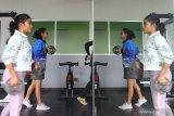Dua orang atlit atletik kelompok umur  melakukan latihan fisik dengan menjaga jarak di pusat kebugaran jasmani di Stadion Gajayana, Malang, Jawa Timur, Senin (26/10/2020). Persatuan Atletik Seluruh Indonesia (PASI) setempat menjalankan program pembinaan atlit kelompok umur dengan menerapkan adaptasi kebiasaan baru yakni memperbanyak latihan fisik, kecepatan dan latihan beban serta menerapkan protokol kesehatan dengan menjaga jarak antar atlit saat latihan. Antara Jatim/Ari Bowo Sucipto/zk.