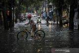 Kendaraan menerjang banjir yang melanda Komplek Panyileukan, Bandung, Jawa Barat, Selasa (27/10/2020). Hujan yang mengguyur Bandung Raya sejak siang hingga sore hari membuat jalanan di komplek tersebut tergenang air setinggi 10 hingga 50 sentimeter akibat luapan sungai. ANTARA JABAR/Raisan Al Farisi/agr