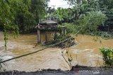 Jembatan Ciputrahaji putus pascabanjir di Desa Sindangrasa, Kabupaten Ciamis, Jawa Barat, Selasa (27/10/2020). Banjir luapan sungai Ciptrahaji dan Cikaso mengakibatkan ratusan rumah warga di tujuh desa, Kecamatan Banjarsari dan Banjaranyar, terendam banjir dan beberapa jembatan putus diterjang derasnya air sungai. ANTARA JABAR/Adeng Bustomi/agr