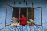 Warga membersihkan lumpur pascabanjir di Desa Sindangrasa, Kabupaten Ciamis, Jawa Barat, Selasa (27/10/2020). Banjir luapan sungai Ciptrahaji dan Cikaso mengakibatkan ratusan rumah warga di tujuh desa, Kecamatan Banjarsari dan Banjaranyar, terendam banjir dan beberapa jembatan putus diterjang derasnya air sungai. ANTARA JABAR/Adeng Bustomi/agr
