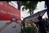 Petugas Satpol PP Kota Denpasar menurunkan alat peraga kampanye (APK) yang melanggar ketentuan pada masa kampanye Pilwali Kota Denpasar 2020 di Denpasar, Bali, Selasa (27/10/2020). Kegiatan yang digelar Bawaslu bersama Satpol PP Kota Denpasar tersebut untuk menertibkan alat peraga kampanye yang melanggar Peraturan KPU Nomor 11 tahun 2020 tentang Kampanye serta Perda Nomor 1 tahun 2015 tentang Ketertiban Umum. ANTARA FOTO/Nyoman Hendra Wibowo/nym.