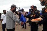 Bea dan Cukai-Polairud bagikan sembako buat nelayan Pelabuhan Panjang
