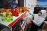 Murid SMA Negeri 1 Kalitidu Bojonegoro menata produk-produk unggulannya saat Pameran Sekolah