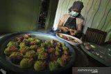 Pekerja menyelesaikan produksi kue kukus mawar di Indramayu, Jawa Barat, Selasa (27/10/2020). Menteri Keuangan Sri Mulyani Indrawati berencana menggratiskan sertifikasi halal untuk Usaha Mikro Kecil dan Menengah (UMKM) untuk mengupayakan Indonesia menjadi produsen produk halal utama di dunia pada 2024 mendatang. ANTARA JABAR/Dedhez Anggara/agr