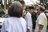 Terdakwa kasus dugaan penyebaran berita bohong kelompok Sunda Empire Nasri Banks (kanan), Ki Ageng Raden Rangga Sasana (tengah) dan Raden Ratna Ningrum (kiri) memberikan keterangan seusai menjalani sidang putusan di Pengadilan Negeri Bandung, Jawa Barat, Selasa (27/10/2020). Majelis Hakim menjatuhkan hukuman kepada tiga petinggi kekaisaran fiktif Sunda Empire dengan hukuman masing-masing dua tahun penjara. ANTARA JABAR/M Agung Rajasa/agr