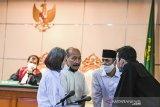 Terdakwa kasus dugaan penyebaran berita bohong kelompok Sunda Empire Nasri Banks (kedua kiri), Ki Ageng Raden Rangga Sasana (kedua kanan) dan Raden Ratna Ningrum (kiri) berbincang dengan kuasa hukumnya saat menjalani sidang putusan di Pengadilan Negeri Bandung, Jawa Barat, Selasa (27/10/2020). Majelis Hakim menjatuhkan hukuman kepada tiga petinggi kekaisaran fiktif Sunda Empire dengan hukuman masing-masing dua tahun penjara. ANTARA JABAR/M Agung Rajasa/agr
