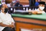 Terdakwa kasus dugaan penyebaran berita bohong kelompok Sunda Empire Nasri Banks (kiri) dan Ki Ageng Raden Rangga Sasana (kanan) menjalani sidang putusan di Pengadilan Negeri Bandung, Jawa Barat, Selasa (27/10/2020). Majelis Hakim menjatuhkan hukuman kepada tiga petinggi kekaisaran fiktif Sunda Empire dengan hukuman masing-masing dua tahun penjara. ANTARA JABAR/M Agung Rajasa/agr