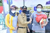 Bupati Bangka bagikan ratusan paket sembako kepada nelayan Rebo
