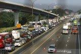Sejumlah kendaraan melaju di jalan tol Jakarta - Cikampek (Japek) KM 47, Karawang, Jawa Barat, Rabu (28/10/2020). PT Jasa Marga mencatat peningkatan lalu lintas tol Jakarta-Cikampek hingga 51,6 persen atau  mencapai 73.201 kendaraan meninggalkan Jakarta dibandingkan arus lalulintas normal. ANTARA JABAR/M Ibnu Chazar/agr