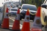 Sejumlah kendaraan melaju di jalan tol layang Jakarta - Cikampek (Japek) KM 47, Karawang, Jawa Barat, Rabu (28/10/2020). PT Jasa Marga mencatat peningkatan lalu lintas tol Jakarta-Cikampek hingga 51,6 persen atau  mencapai 73.201 kendaraan meninggalkan Jakarta dibandingkan arus lalulintas normal. ANTARA JABAR/M Ibnu Chazar/agr