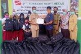 PT Sukajadi Sawit Mekar Berikan 475 paket perlengkapan sekolah untuk pelajar di sekitar perusahaan