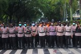 Polisi berjaga saat aksi mimbar bebas penolakkan Undang-Undang Omnibus Law di Kawasan Jalan Lambung Mangkurat, Banjarmasin, Kalimantan Selatan, Rabu (28/10/2020). Kurang lebih 800 personil POLRI diterjunkan untuk mengawal aksi tersebut. Foto Antaranews Kalsel/Bayu Pratama S.