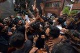 Polisi melerai pengunjuk rasa yang ricuh dalam aksi protes pernyataan anggota Dewan Perwakilan Daerah (DPD) RI Provinsi Bali I Gusti Ngurah Arya Wedakarna di Kantor DPD RI Provinsi Bali, Denpasar, Rabu (28/10/2020). Para pengunjuk rasa memprotes pernyataan anggota DPD RI Provinsi Bali I Gusti Ngurah Arya Wedakarna terkait keyakinan umat Hindu dan 'viral' di media sosial sehingga dinilai memicu kontroversi di masyarakat Bali. ANTARA FOTO/Nyoman Hendra Wibowo/nym.