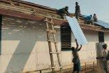 Prajurit Satgas Yonif 125 Si'mbisa kerja bakti renovasi atap seng gereja