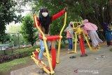 Sejumlah bocah bermain alat olahraga di Ruang Terbuka Hijau (RTH) Kebon Rojo, Kabupaten Jombang, Jawa Timur, Kamis (29/10/2020). RTH Kebon Rojo masih menjadi pilihan bagi warga Jombang untuk mengisi waktu liburan bersama keluarga di tengah pandemi COVID-19, karena terdapat tempat bermain anak anak bermain. Dengan tetap  menerapkan protokol kesehatan. Antara Jatim/Syaiful Arif/zk