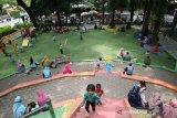 Sejumlah bocah bermain di Ruang Terbuka Hijau (RTH) Kebon Rojo, Kabupaten Jombang, Jawa Timur, Kamis (29/10/2020). RTH Kebon Rojo masih menjadi pilihan bagi warga Jombang untuk mengisi waktu liburan bersama keluarga di tengah pandemi COVID-19, karena terdapat tempat bermain anak anak bermain. Dengan tetap  menerapkan protokol kesehatan. Antara Jatim/Syaiful Arif/zk
