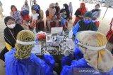 Sejumlah pengunjung menjalani test cepat (rapid test) sebelum memasuki kawasan wisata pantai Karangsong, Indramayu, Jawa Barat, Kamis (29/10/2020). Rapid test yang dilakukan petugas gabungan dari Kodim 0616 Indramayu dan Dinas Kesehatan tersebut untuk mengantisipasi penyebaran virus COVID-19 bagi wisatawan yang memanfaatkan libur panjang. ANTARA JABAR/Dedhez Anggara/agr