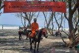 Petugas Basarnas Yogyakarta berpatroli di pantai tempat wisata