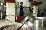 Pekerja menyelesaikan pembuatan bakso ikan tuna di Desa Kutawaluya, Rengasdengklok, Karawang, Jawa Barat, Jumat (30/10/2020). Menteri Ketenagakerjaan Ida Fauziyah mengatakan penyaluran subsidi gaji/upah termin I per 23 Oktober 2020 sudah menjangkau 12.192.927 pekerja dengan total realisasi anggaran sekitar Rp14,631 triliun atau mencapai 98,30 persen. ANTARA JABAR/M Ibnu Chazar/agr