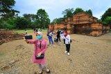 Pengunjung berwisata di kawasan Percandian Muarajambi, Jambi, Kamis (29/10/2020). Kawasan percandian terluas di Asia Tenggara yang berjarak sekitar 30 km dari pusat Kota Jambi itu menjadi pilihan sejumlah warga di daerah itu untuk memanfatkan waktu libur panjang. ANTARA FOTO/Wahdi Septiawan/aww.