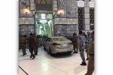 Sebuah mobil terobos halaman Masjidil Haram di Makkah