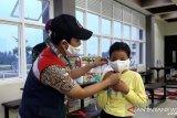 Pembagian masker buat pedagang oleh PT Hutama Karya