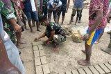 Satgas Pamtas RI-PNG ajari warga Kuler Merauke buat batu bata