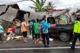 Dua mobil tabrakan dan menabrak lapak buah di Kopang