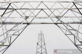 Sejumlah pekerja melakukan proses pembangunan menara Saluran Udara Tegangan Ekstra Tinggi (SUTET) untuk sambungan PLTU Sumuradem, di kecamatan Bangodua, Indramayu, Jawa Barat, Sabtu (31/10/2020). Pemerintah berencana membangun kembali PLTU Sumuradem 2 dengan kapasitas 2 x 1.000 MW yang akan terintegrasi dalam jaringan Jawa-Madura-Bali. ANTARA JABAR/Dedhez Anggara/agr