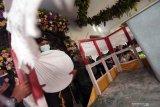 Tokoh adat membawa Gong Kiai Pradah saat tradisi jamasan di Bale Alun-Alung Lodoyo Blitar, Jawa Timur, Sabtu (31/10/2020). Tradisi jamasan (mencuci) Gong Kiai Pradah atau Kiai Bicak yang oleh Kementerian Pendidikan dan Kebudayaan RI (Kemendikbud) ditetapkan sebagai Warisan Budaya Tak Benda (WBTB)  sejak tahun 2017 tersebut rutin dilaksanakan pada bulan mulud (Rabi'ul Awal) penanggalan jawa. Antara Jatim/Irfan Anshori/zk.