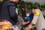 Pjs Bupati Blitar Budi Santoso (Dua Kanan) menyiram air pada Gong Kiai Pradah saat tradisi jamasan di Bale Alun-Alung Lodoyo Blitar, Jawa Timur, Sabtu (31/10/2020). Tradisi jamasan (mencuci) Gong Kiai Pradah atau Kiai Bicak yang oleh Kementerian Pendidikan dan Kebudayaan RI (Kemendikbud) ditetapkan sebagai Warisan Budaya Tak Benda (WBTB)  sejak tahun 2017 tersebut rutin dilaksanakan pada bulan mulud (Rabi'ul Awal) penanggalan jawa. Antara Jatim/Irfan Anshori/zk.