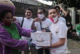 Aktivis mahasiswa Indonesia membantu pemulung saat pandemi COVID-19