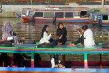 Sejumlah wisatawan manaiki kelotok (perahu bermesin) saat susur sungai Martapura di kawasan Siring Menara Pandang Banjarmasin, Kalimantan Selatan, Minggu (1/11/2020). Pemerintah Kota Banjarmasin mengizinkan beroperasinya kelotok wisata susur sungai Martapura selama pandemi COVID-19 dengan menarapkan protokol kesehatan baik dari motoris kelotok maupun wisatawan saat berwisata susur sungai. Foto Antaranews Kalsel/Bayu Pratama S.