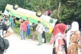 Satu unit bus terbalik di jalan menuju objek wisata Cinangkiak, Kabupaten Solok