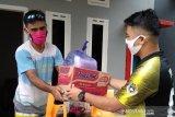 Pemdes Baruga Luwu Timur serahkan bantuan sembako bagi keluarga ODP