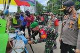 Dandim Muara Teweh dan Tim Disiplin COVID-19 bagikan masker