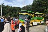 Bus pariwisata terbalik di jalan menuju objek wisata Bukit Cinangkiak, Sumbar