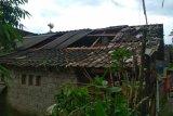 Waspada, angin puting beliung rusak atap rumah warga di Loteng