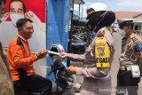 Satlantas Polres OKU bagikan masker dalam Operasi Zebra Musi 2020