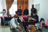 Sentra Gakkumdu serahkan tersangka pidana kampanye beserta barang bukti ke Kejaksaan Pasaman Barat