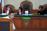 Drummer Superman is Dead I Gede Ari Astina alias Jerinx (kedua kiri) menjalani sidang tuntutan di Pengadilan Negeri Denpasar, Bali, Selasa (3/11/2020). Jerinx dituntut hukuman pidana penjara selama tiga tahun dan denda Rp10 juta subsider tiga bulan kurungan dalam kasus dugaan ujaran kebencian dan pencemaran nama baik yang dilaporkan Ikatan Dokter Indonesia (IDI) Bali. ANTARA FOTO/Fikri Yusuf/nym.