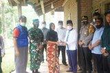 Penjabat Bupati Pesisir Barat serahkan bantuan korban hanyut di Way Tenumbang