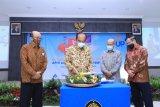 Ketua Pembina Yayasan Bapak Siswono Yudo Husodo memotong tumpeng ketika merayakan HUT Universitas Pancasila Jakarta ke-54.