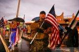 Pendukung Joe Biden menari di jalan-jalan, suporter Trump ayunkan senjata