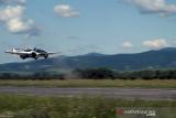Prototipe mobil terbang bernama Aircar produksi dari Klein Vision mendarat di Piestanya Airport, Slovakia, dalam foto yang direkam pada Selasa (27/10/2020). Mobil yang dapat berubah menjadi pesawat dalam tiga menit itu memiliki daya jelajah hingga 1,000 km (621 miles), menurut pembuatnya. ANTARA FOTO/Klein Vision/Handout via REUTERS/foc.